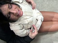 Amazing India Summer in an amazing BDSM action. She sits on a special device and gets her vagina drilled with relentless fucking machine.