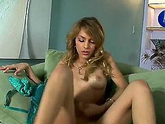 Valerie Rios spends time dildoing her slit for camera