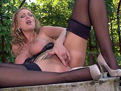 Amazing hottie enjouys outdoor masturbation