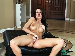Kortney Kane kills time fingering her love box