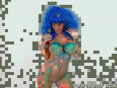 Check out all the fun sexy Jayden James is having wearing a blue wig and pouring latex paint on her bubble butt and big boobs then peeling it off. Bet you never knew how sexy paint could be.