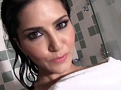 Alluring Sunny Leone likes to pose her wet and nude gorgeous body in stunning solo session