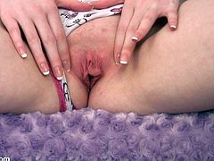 Watch Kloe Kane taking off all of her clothes in this solo video where she ends up rubbing her clit and finger her pink pussy.