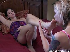 Bella cant resist worshiping Sadies sexy feet