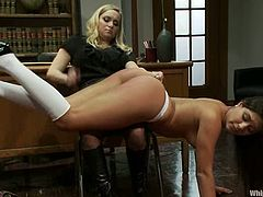 So this babe comes for a book and stays for while, as they seduce each other. Aiden Starr doesn't need a book anymore and so Jynx Maze shows her some librarian pain!
