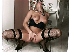 Vanessa Jordin shows every inch of her body before her plays with herself on cam