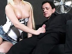 Blonde Bibi Noel cant live a day without dildoing her muff
