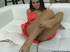 Rachel Roxxx gives a great footjob