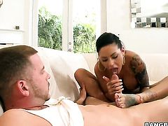 Mason Moore does her best to make man ejaculate using nothing but her sexy warm hands