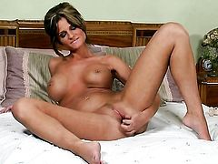 Daisy Lynn with huge boobs and smooth bush puts on a solo show you must see