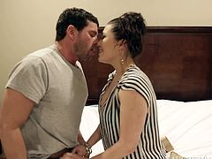 Smoking hot porn star London Keyes is fantastically good in giving professional blowjob. She demonstrates her skills and tricks in arousing Naughty America free porn video.