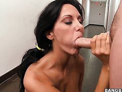 Ava Addams has some sex fantasies to be fulfilled in handjob action