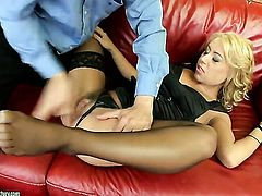 Blonde Nikky Thorne lets man fuck her sweet mouth