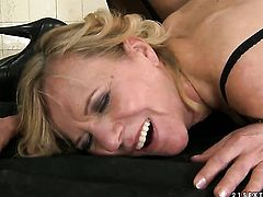 Brunette Cindy Hope gets her lesbian hole rubbed by Lili the way she loves it