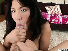 London Keyes gets naked and gives anal pleasure to herself