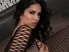 Dazzling Sunny Leone shows how to make perfect solo show