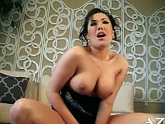 London Keyes shows off her gorgeous breasts and starts to ride the sybian. She knows what she is doing and how to climax on the vibrating machine!