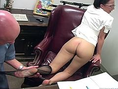 Have a look at this hot scene where the sexy Veronica Jett gives this guy a footjob in an office until he ends up cumming on her armpit.