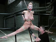 We know how to make a good knot and this blonde found out the hard way! The slim blonde is completely tied in a very uncomfortable position and the executor inserted a dildo in her pussy, from down to up. Look at her, staying there immobilized and just taking it! What else does he prepares for her?