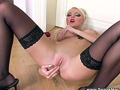 Be part of this clip where a blonde cougar, with gigantic boos wearing nylon stockings, touches herself in a really erotic and glamorous way.