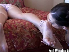 Foot Worship Vixens brings you a spectacular free porn video where you can see how these kinky belles lick their feet and provoke each other while assuming very hot poses.