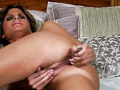 Daisy Lynn with big jugs and shaved bush dildos her fuck hole