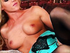 Niki Young shows off her naughty parts before she masturbates