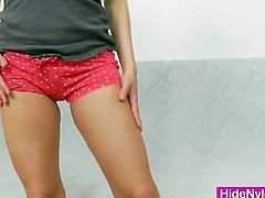 Hide Nylons brings you a hell of a free porn video where you can see how the horny brunette Leony Aprill plays and provokes while teasing with her nylons.