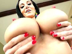 Hottie with massive boobs Ava Addams has delight with her hugecocked boyfriend Kevin Moore. She is oiling juggs before him and then gives unforgettable titjob to him.