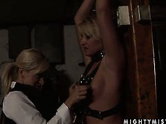 Blonde Lee Lexxus gives Cynthia Moores bush a try in girl-on-girl action