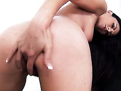 Nikki Daniels strokes her honeypot six ways from Sunday