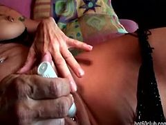 Luna is a great-looking granny with huge, firm boobs and a slim body. She is pleasuring herself with a vibrator meant to rub the clitoris. She also uses her fingers.