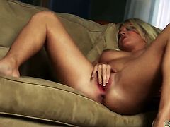 Niki Lee Young gives a closeup of her muff as she masturbates