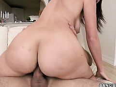 Lizzie Tucker with round butt and hot guy enjoy oral sex