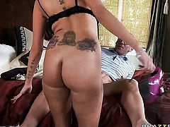 Joslyn James with big tits gets turned on then face humped by Johnny Sins