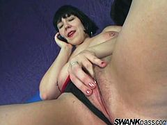 Bridgett Harrington shows her big hanging boobs and rubs her clit while talking on the phone. Then this MILF stars to toy her vagina with a big dildo.