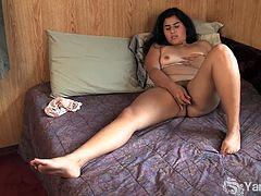 This brunette chick presents herself in her natural beauty. Her pussy is not shaven and her pleasure is not fake. She gets off using a pink toy and smiles when she cums.