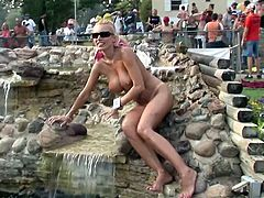 Dude, watch this enchanting light-haired seductress cuz she knows well how to pose on cam! She shows off her big juicy boobs and perfectly-rounded ass in public!