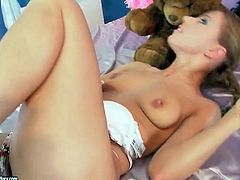 Solo Nikky Thorne fingers her gorgeous pussy