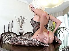 Jenny Hendrix with bubbly butt sucks like it aint no thing in blowjob action with hot blooded guy