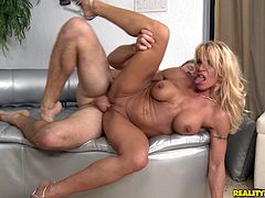 Prepare yourself by watching this blonde MILF, with a nice ass wearing high heels, while she gets badly screwed by a sexy dude and has an orgasm.