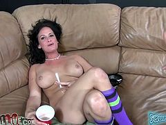 Lean blondie Amy Brooke and chubby brunette Tory Lane smoke on couch
