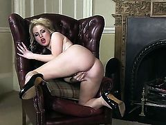 Georgie Lyall fills the hole between her legs with toy for cam in solo action