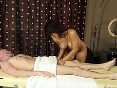 Sofia is an intelligent lady and she knows how to make money, when she sees the opportunity. Flynt seemed all too keen for a massage and it was obvious, that was not the only thing he wanted. Sofia knows how to read her customers. So, she went an extra mile and gave the guy a nice and long blow job.