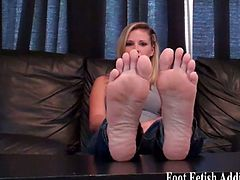 Jerk off while worshiping these dommes feet
