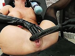Veronica Avluv is too hot to stop dildoing her hole