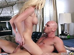 Perfect bodied harlot Madison Scott warms Johnny Sins up before dick sucking