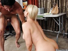 Abbey Brooks with juicy boobs cant resist Tommy Gunns throbbing love torpedo