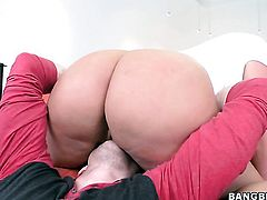 Julie Cash with round booty offers her totally fuckable mouth to hard dicked guy