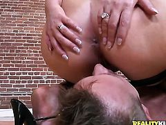 Bill Bailey makes Brunette Caroline Pierce with bubbly ass and shaved cunt gag on his meaty rod